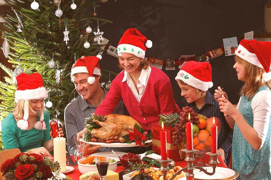 Семья за новогодним столом