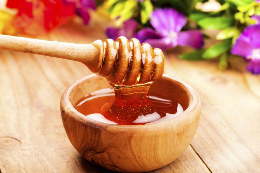 Кроме этого, мы все слышали о том, что мед полезен для здоровья и традиционно используется для лечения симптомов простуды