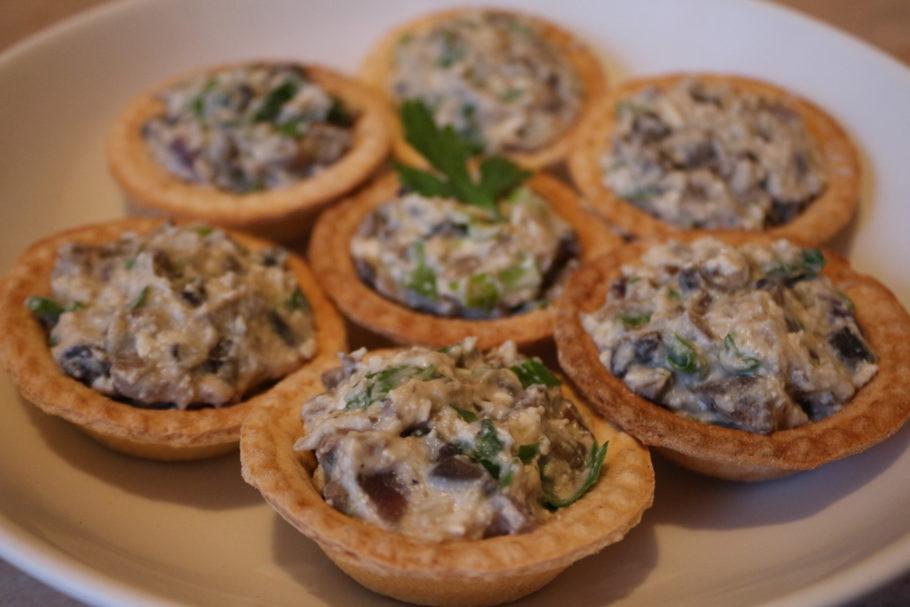 Чесночные тарталетки с грибами и сыром