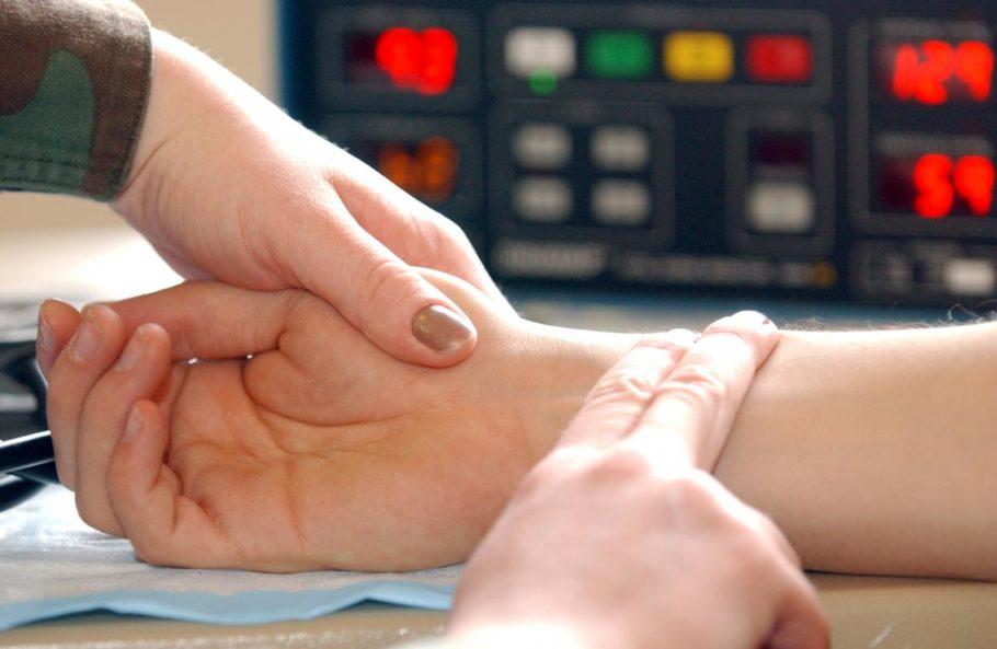 У среднестатистического здорового человека нормальный пульс в покое равняется 60-80 ударам в минуту