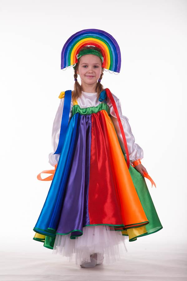 Девочка в костюме радуги