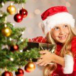Девочка с подарком возле елочки