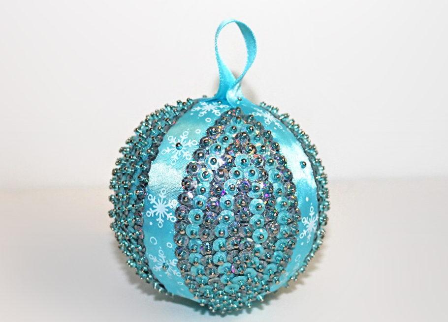 Новогодний шарик с пайетками