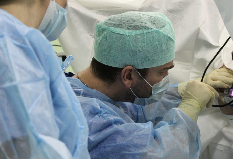 Доктор проводит хирургическое вмешательство
