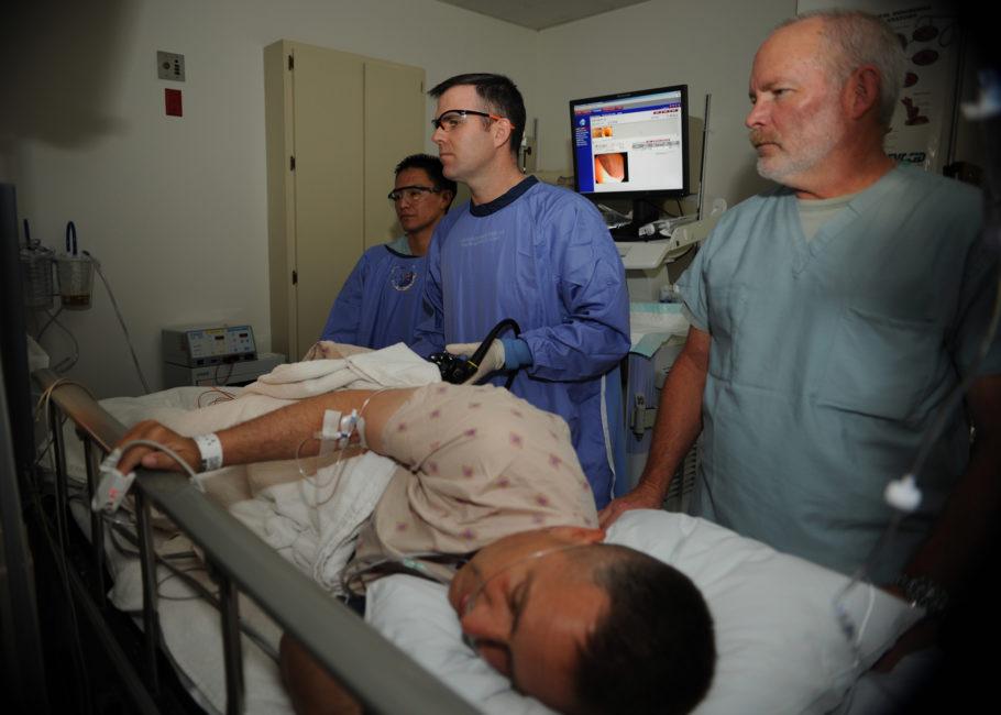 При наличии серьезных патологических осложнений (трещин или болезненных воспаленных шишек) возможно проведение местной анестезии