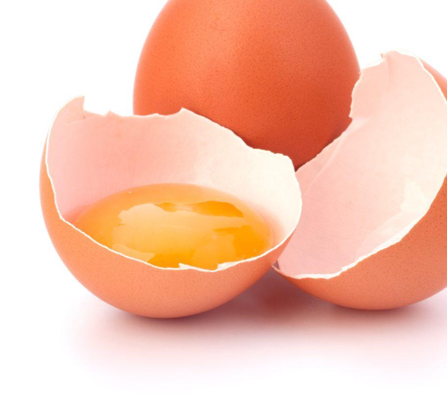 По сути, ежедневно печень здорового человека производит в несколько раз больше холестерина, чем можно съесть с десятком яиц