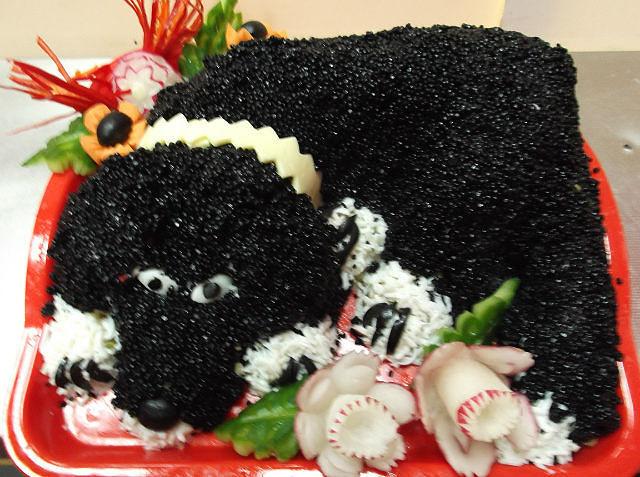 Как правило, в праздники готовят сытные богатые салаты, которыми все наедаются