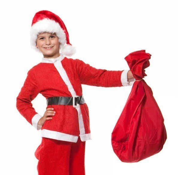 Мальчик в костюме Деда Мороза