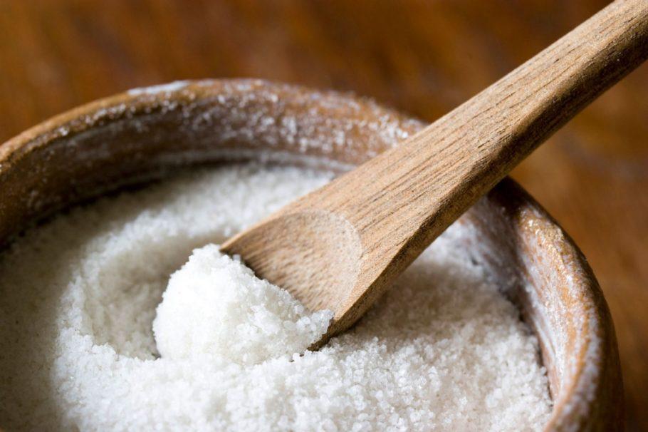 Соль и деревянная ложка