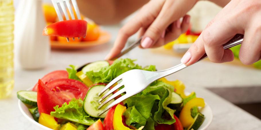 Для начала следует отказаться от вредной пищи: жареного, сладкого, копченого, соленого, маринованного и выпечки