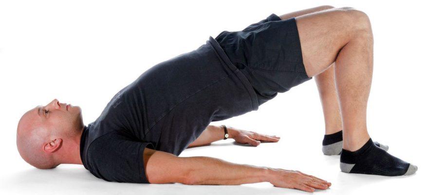 Мужчина делает гимнастические упражнения