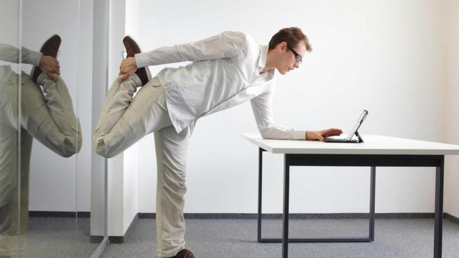мужчина выполняет упражнение перед планшетом
