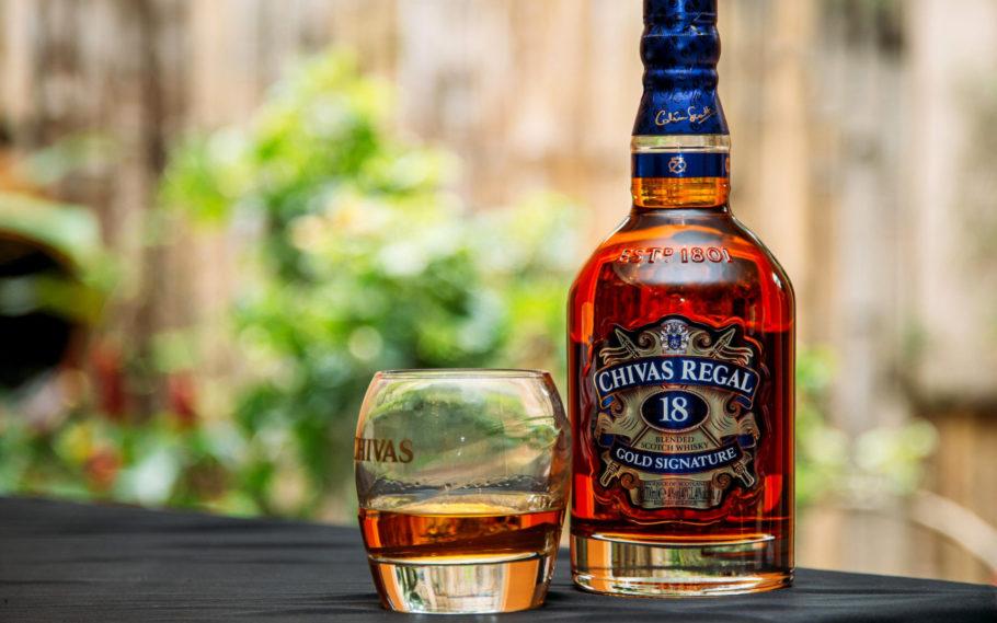 Виски в бутылке и стакане