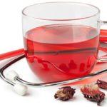 Чай из каркаде в стеклянной чашке и стетоскоп