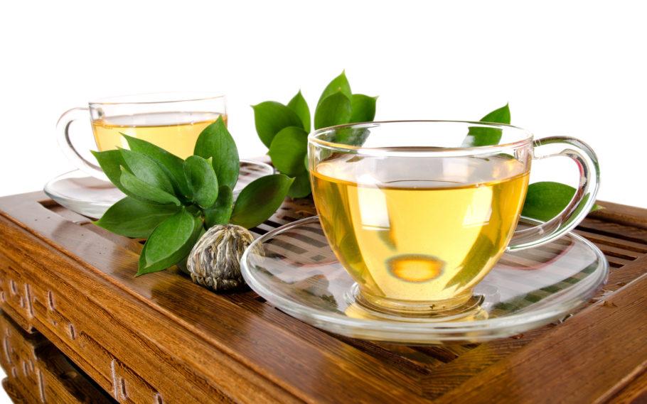 Ученые, которые исследуют влияние зеленого чая на давление, выяснили, что он не дает сиюминутный эффект, но продолжительный регулярный прием напитка помогает снизить давление