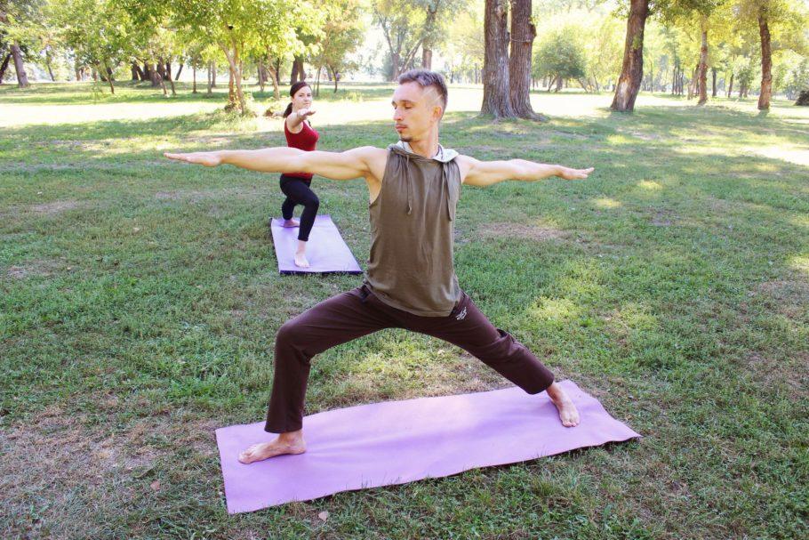 Упражнения йоги не сложные и не обязывают иметь тренажеры