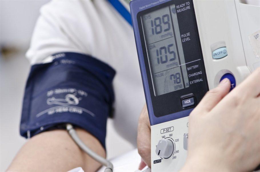 Употребление препарата приводит к снижению артериального давления и улучшению кровоснабжения серца