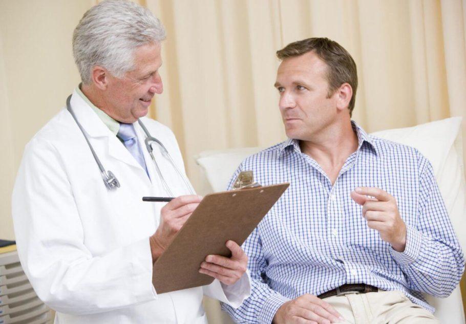 мужчина общается с врачом