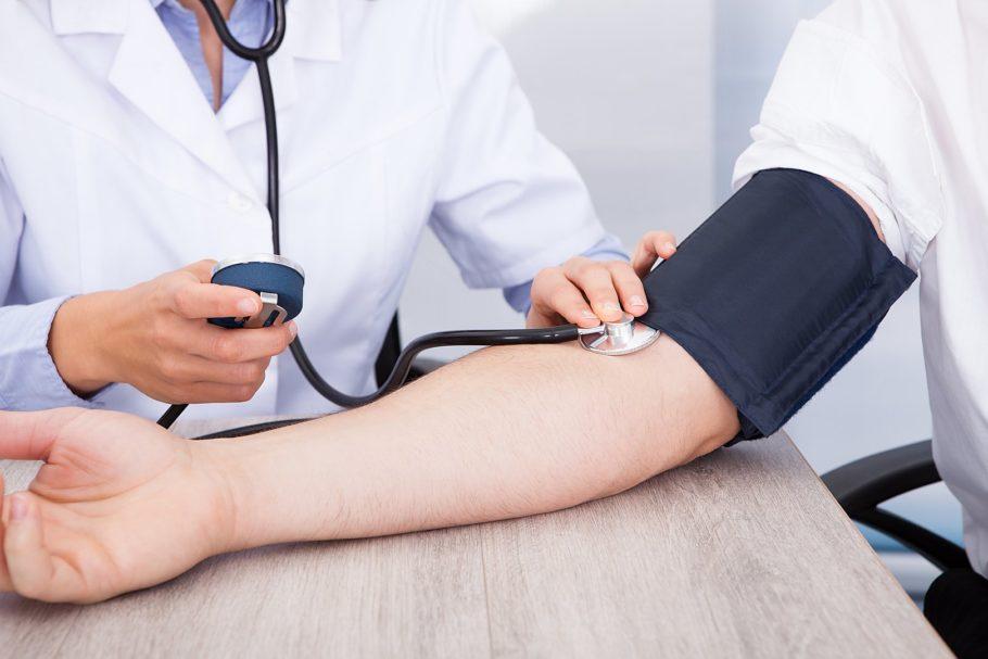 врач измеряет мужчине давление