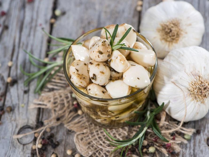 Частое употребление чеснока в пищу способствует очищению стенок кровеносных сосудов
