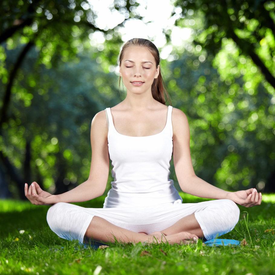Выполняя упражнение, следует обращать внимание на вдох, его нужно делать глубоко и довольно быстро