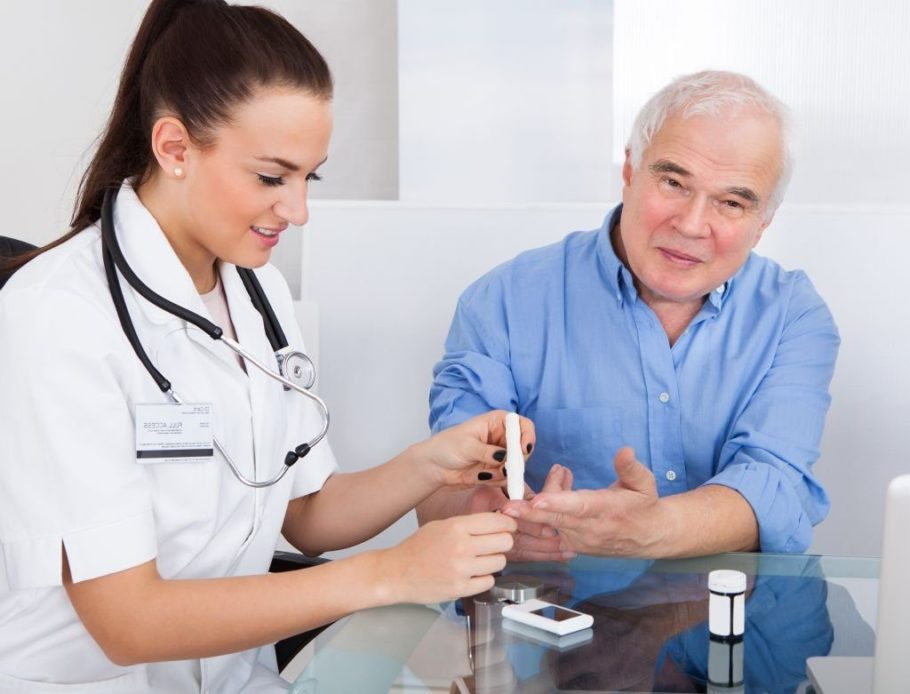 мужчине замеряют уровень сахара в крови