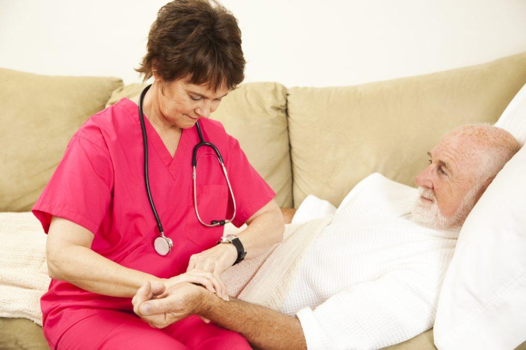 Доктор проверяет пулься у больного