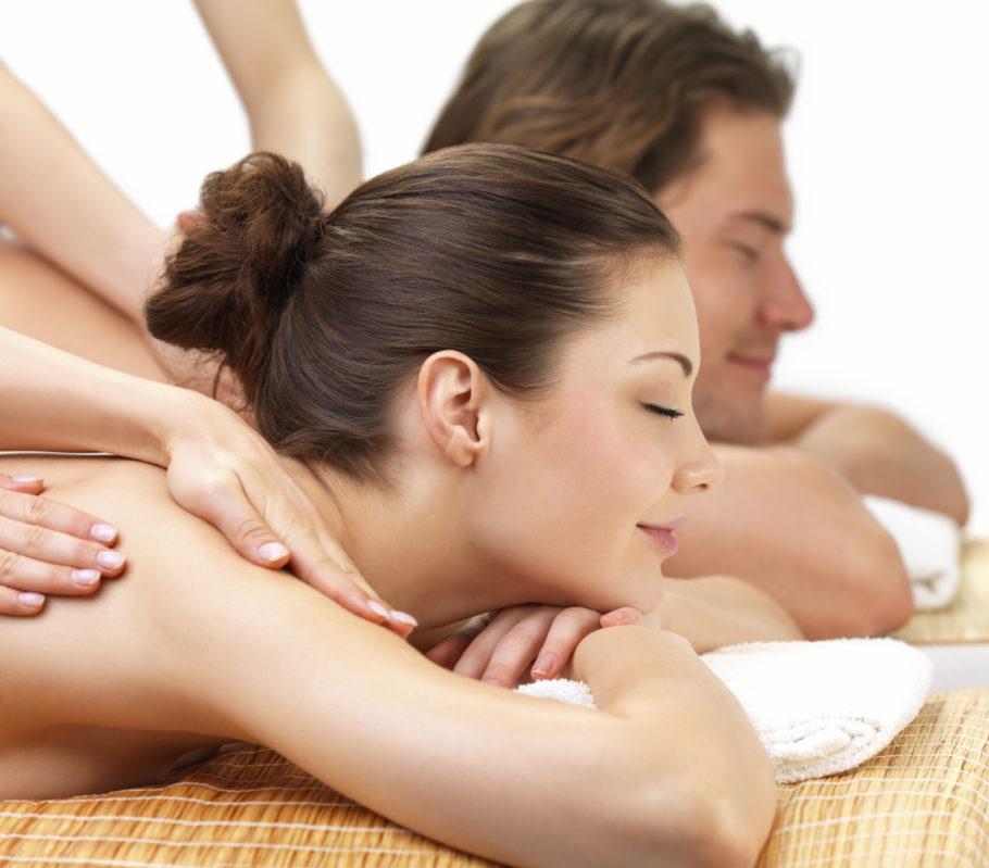 Мужчине и женщине делают массаж