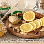 лимон и имбирь нарезанные на доске