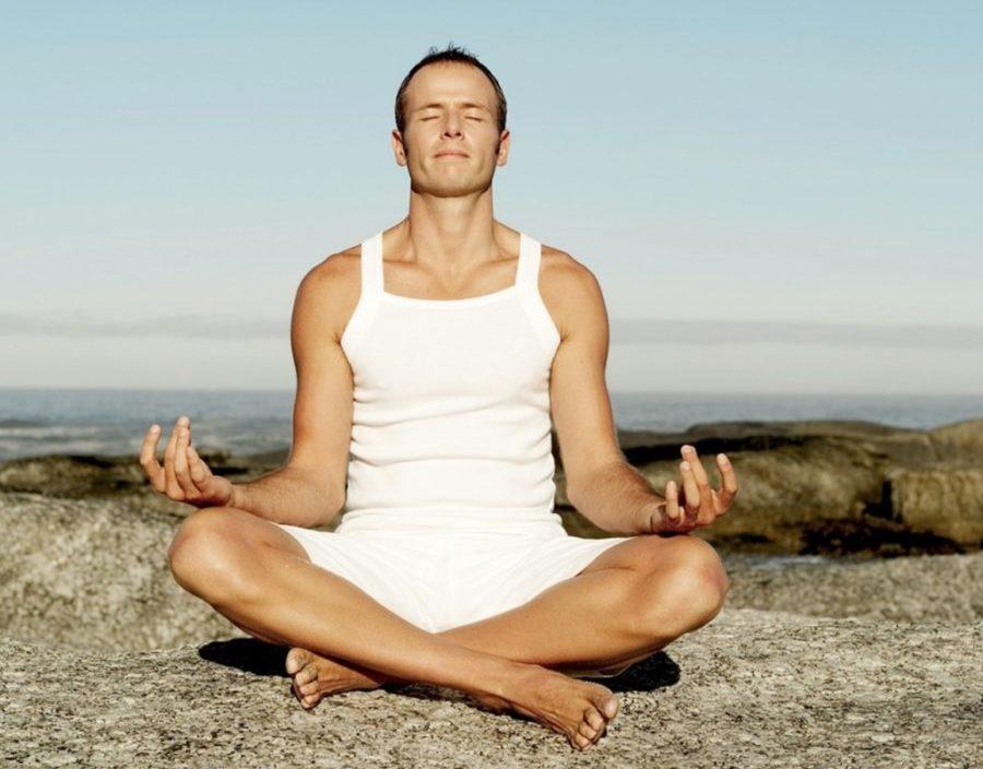 Выполнять йогу стоит в вечернее время, когда организм может наиболее сильно расслабиться