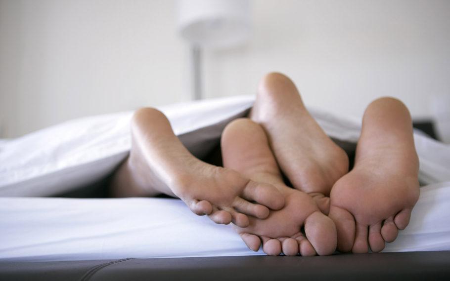 Время от времени необходимо как мужчине, так и его партнерше сдавать анализы на наличие инфекций, что передаются половым путем