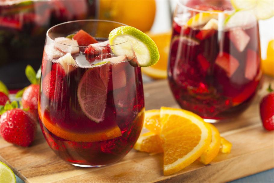Подают этот напиток со льдом в высоких бокалах за обедом или просто так – освежиться