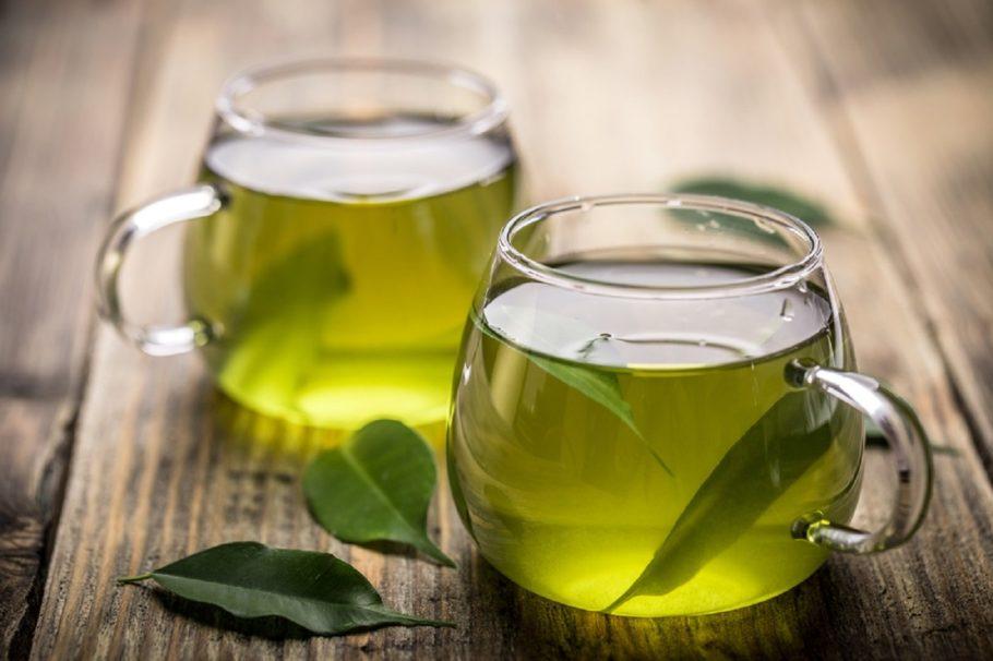 Зеленый чай в чашках