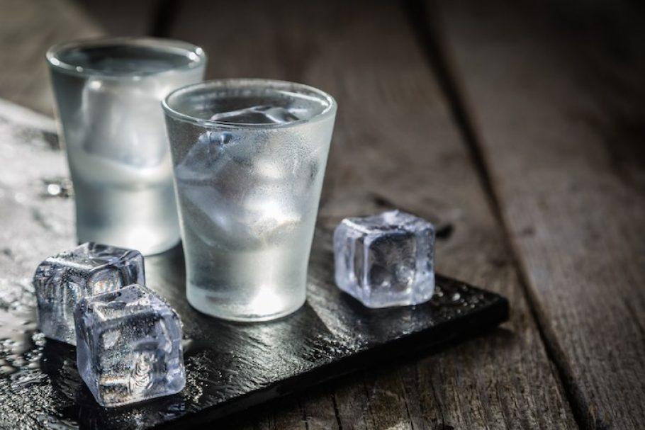 Рюмки водки со льдом