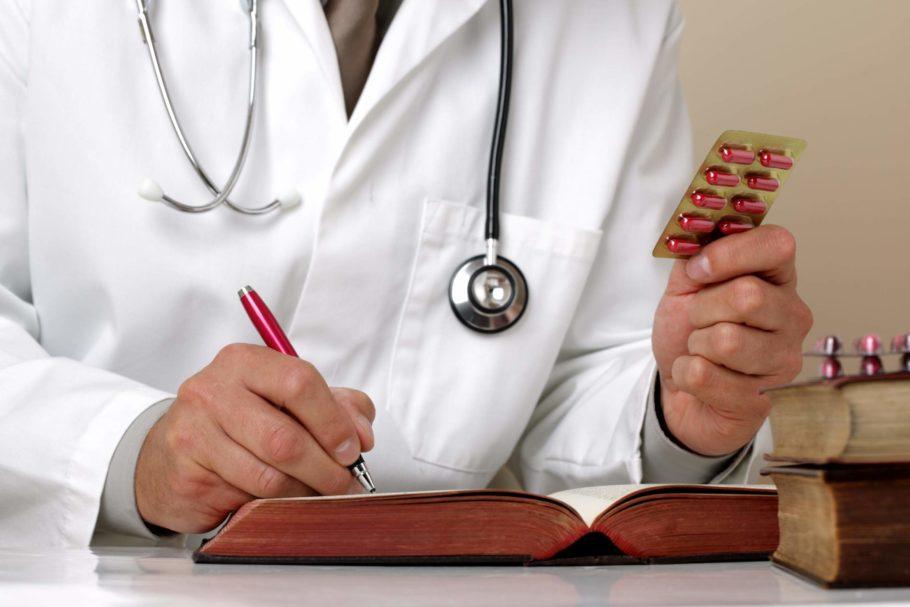 Доктор записывает данные о таблетках