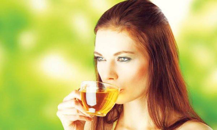 Специалисты предупреждают, что наряду с повышением артериального давления, чай поднимает и глазное давление