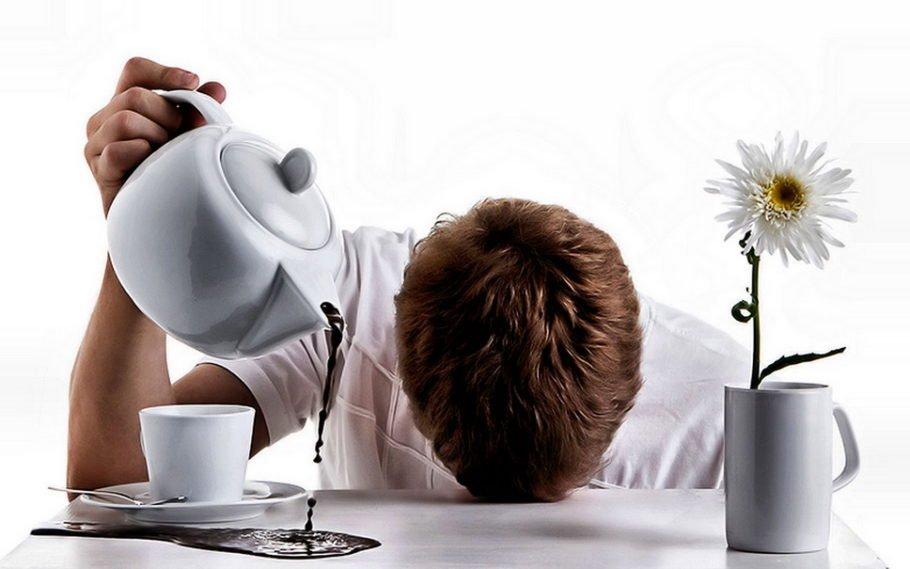 мужчина льет кофе мимо чашки