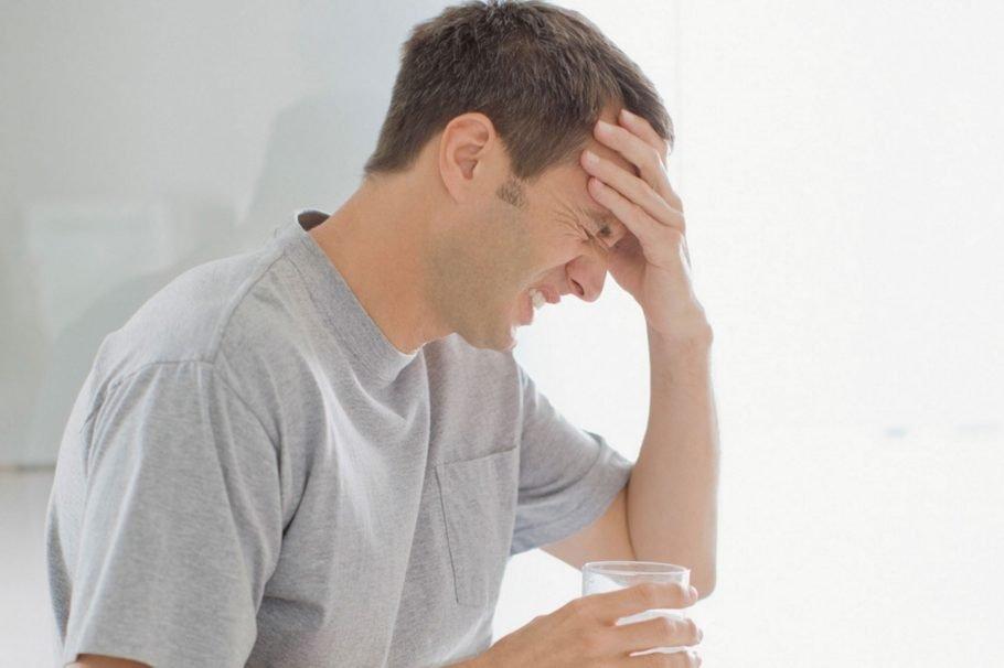 У мужчины сильная головная боль