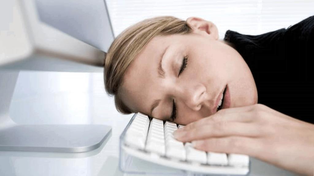 Девушка уснула на клавиатуре