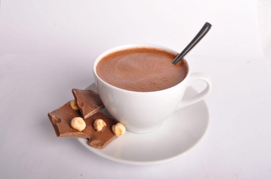 чашечка какао с шоколадом