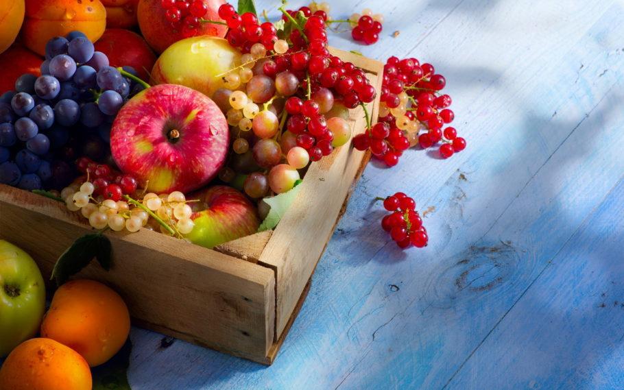 ягоды и фрукты на столе
