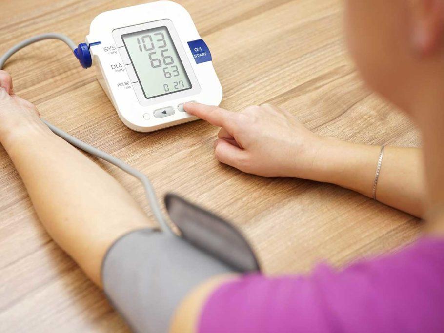 При гипертонии артериальное давление постоянно имеет повышенные показатели, тогда как при лабильном АД они повышаются лишь эпизодически