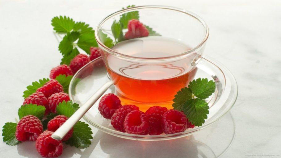 малина и стакан чая
