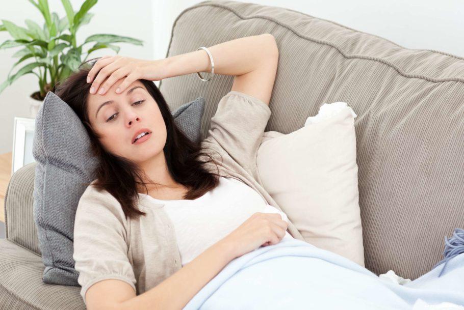 девушка болеет на диване