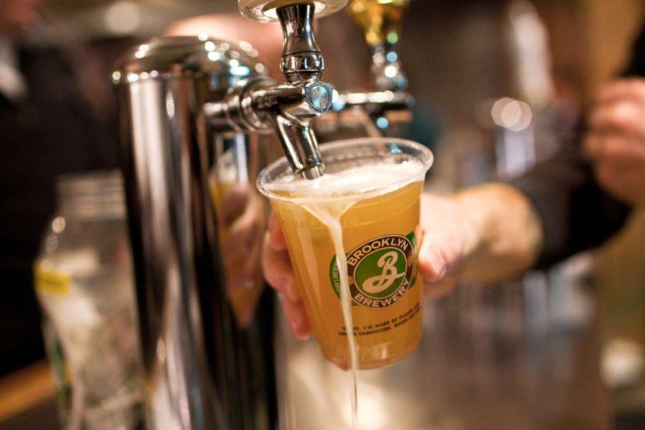 пиво наливают в пластиковый стакан