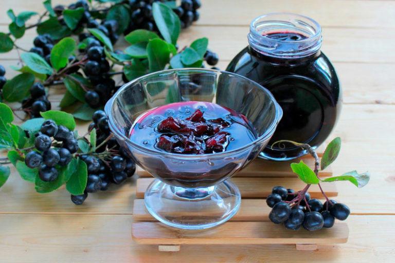 Очень хорошим средством от давления является сок из черноплодной рябины