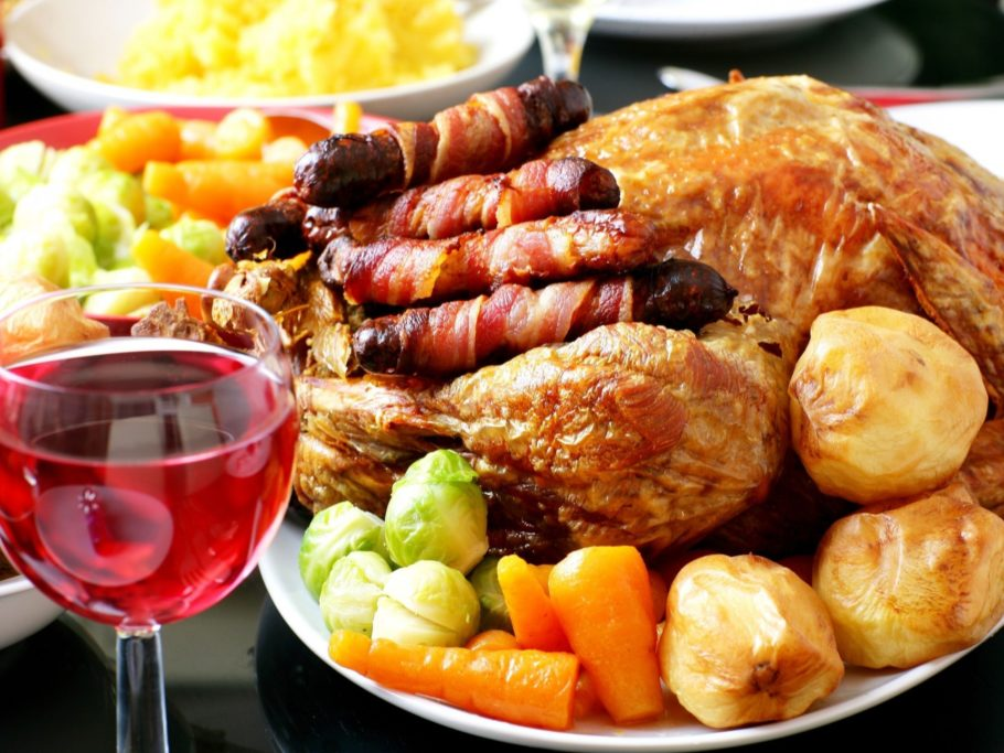 жаренное мясо и вино в стакане