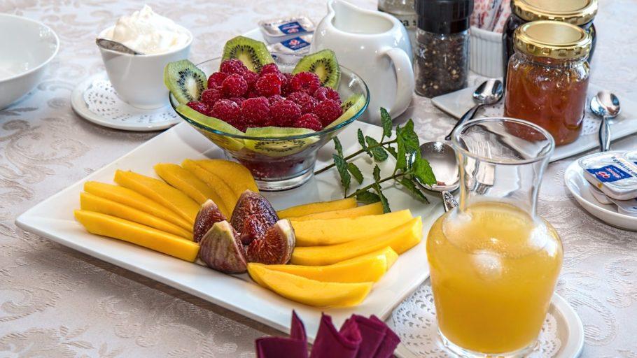 Красиво нарезанные овощи и фрукты