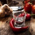 рюмка водки на столе, помидорки, перец. чесночек