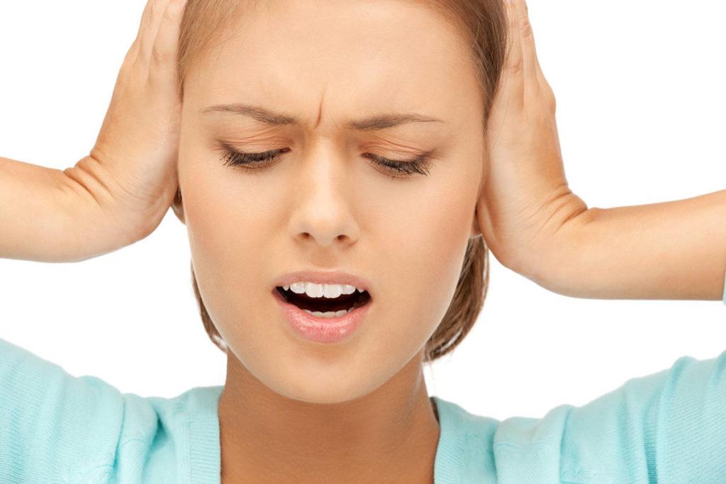 При каком давлении закладывает уши